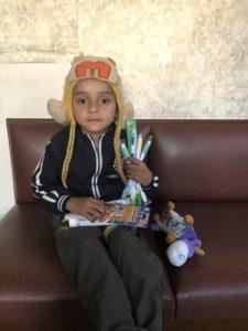 Der Kleine Sunam sitzt hier mit ein paar Geschenken der IHMA auf der Bank. Er hat im Januar diesen Jahres seine Mutter verloren und wir suchen dringend nach Pateneltern, um ihm weiterhin das Internat finananzieren zu können und wenn möglich eine stabile herzliche Verbindung mit ausländischen Unterstützern zu bieten.